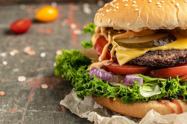 Hamburguesa casera con ternera, lechuga y queso, comida americana. comida rápida, pancarta, menú, lugar de recetas para texto,