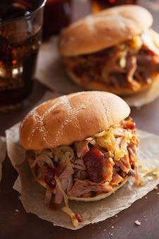 Hamburguesa de cerdo desmenuzada casera con cebolla caramelizada y salsa barbacoa