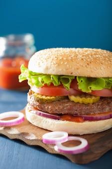 Hamburguesa con empanada de carne de res lechuga cebolla tomate ketchup