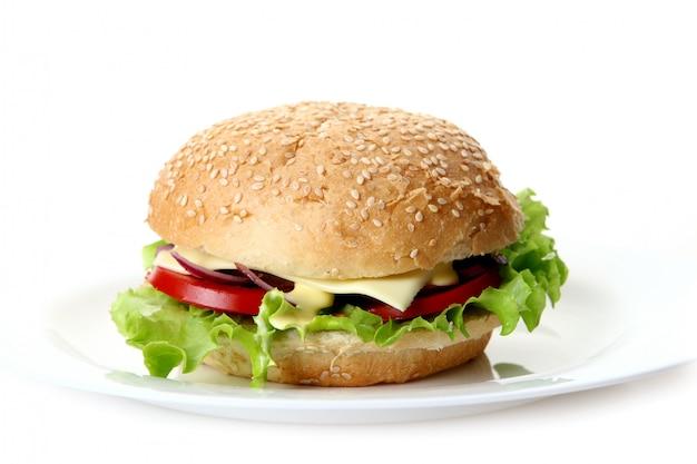 Una hamburguesa fresca con ensalada y cebolla.