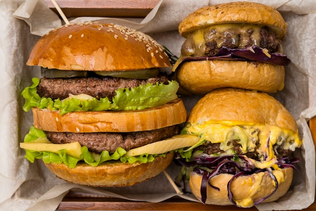 Hamburguesa y hamburguesa con queso empacadas juntas