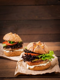 Hamburguesa con jugosa hamburguesa de pavo, queso, tomate y salsa tártara