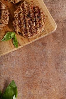Hamburguesa en mesa de madera
