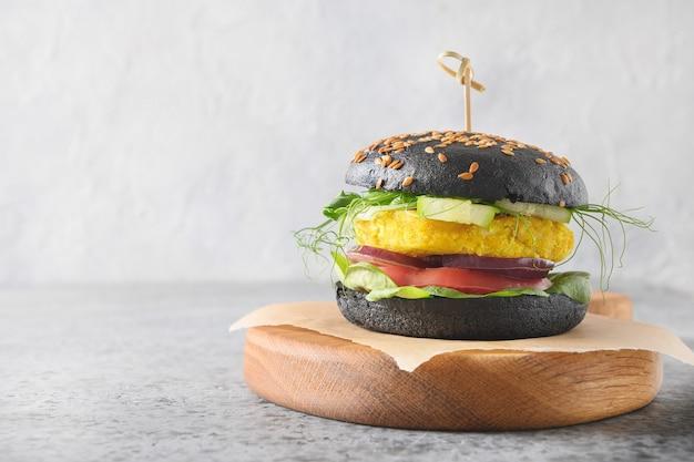 Hamburguesa negra vegana de verduras repollo y albóndiga de zanahoria como carne vegetal