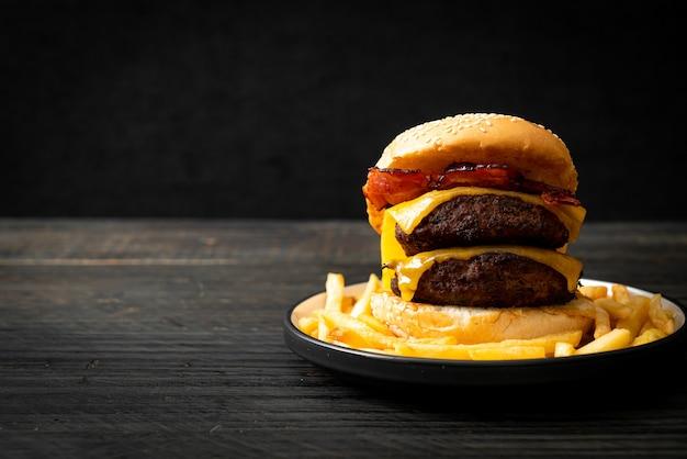 Hamburguesa o hamburguesas de ternera con queso y tocino - estilo de comida poco saludable