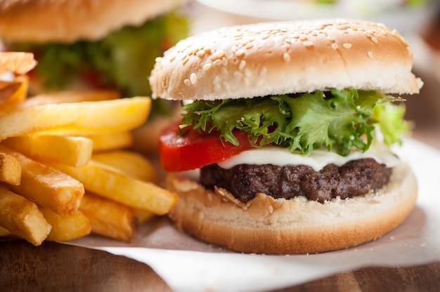 Hamburguesa, papas fritas, bebida de cola. comida para llevar