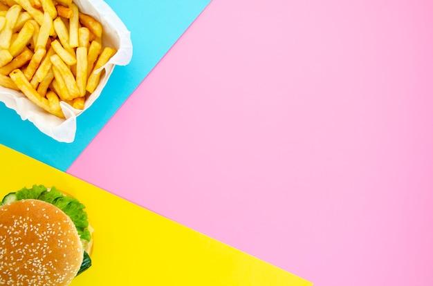 Hamburguesa y papas fritas con espacio de copia