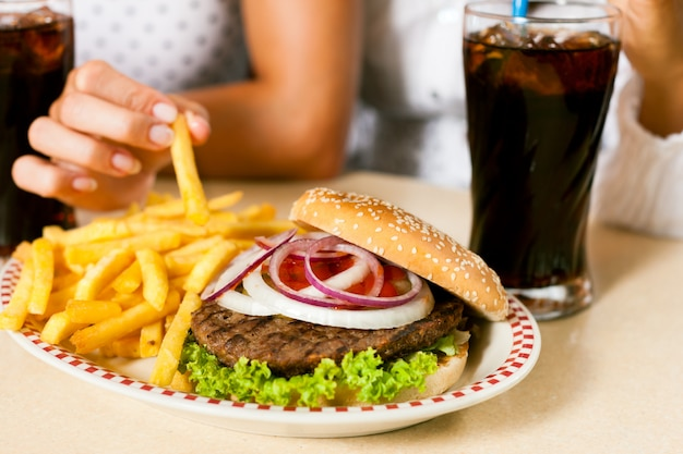 Hamburguesa con papas fritas y refresco