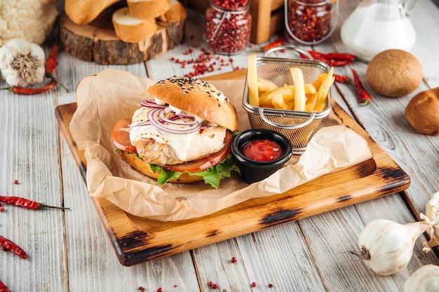 Hamburguesa de pechuga de pollo con salsa de queso