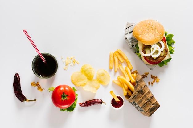 Hamburguesa plana y papas fritas con soda.