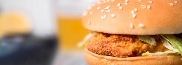 Hamburguesa de pollo frito vista frontal con ensalada