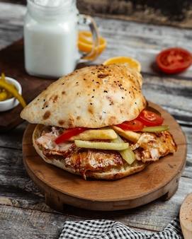 Hamburguesa de pollo en pan de sésamo