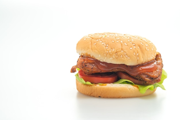 Hamburguesa de pollo a la parrilla con salsa aislado sobre fondo blanco.