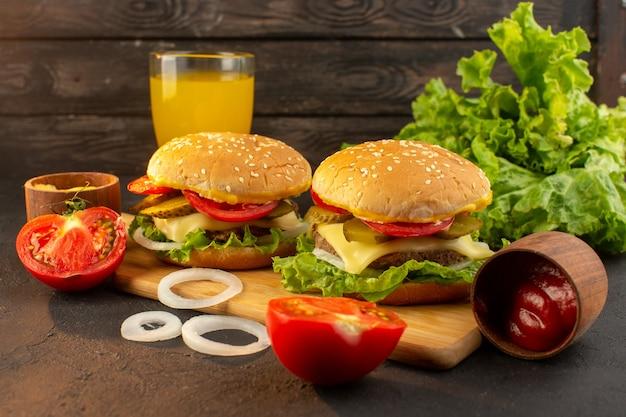 Una hamburguesa de pollo vista frontal con queso y ensalada verde en el escritorio de madera y comida rápida de sándwich