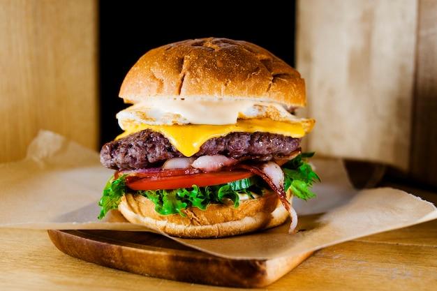 Hamburguesa con primer plano de carne y verduras