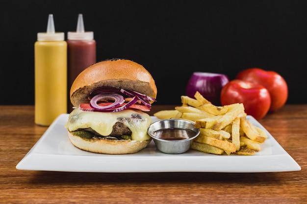 Hamburguesa con queso, cebolla, tocino, pepinillo, papas fritas, barbacoa, salsa de tomate y mayonesa