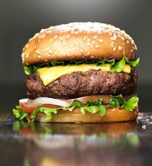Hamburguesa con queso fundido y bollo de sésamo