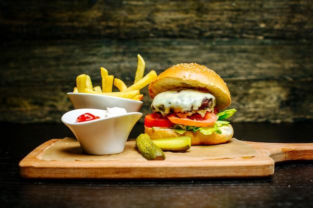 Hamburguesa con queso con pepinillos y papas fritas