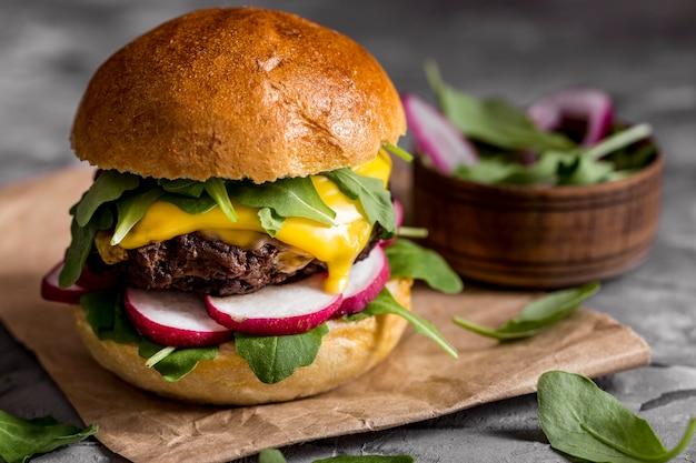 Hamburguesa con queso vista frontal en mostrador