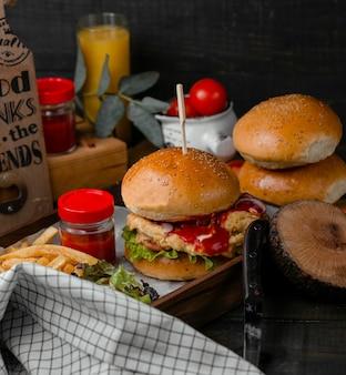 Hamburguesa rellena de nuggets de pollo