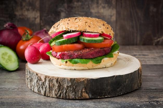 Hamburguesa de remolacha vegetariana en mesa de madera