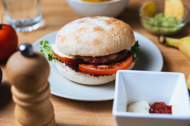 Hamburguesa sabrosa fresca con pan rústico. fondo de alimentos.