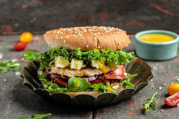 Hamburguesa sabrosa hamburguesa de comida rápida con pollo y queso feta, comida americana. comida rápida, pancarta, menú, lugar de recetas para el texto