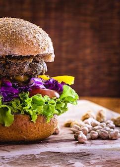 Hamburguesa de soja, garbanzos y diversas proteínas, alimento vegetal elaborado con verduras