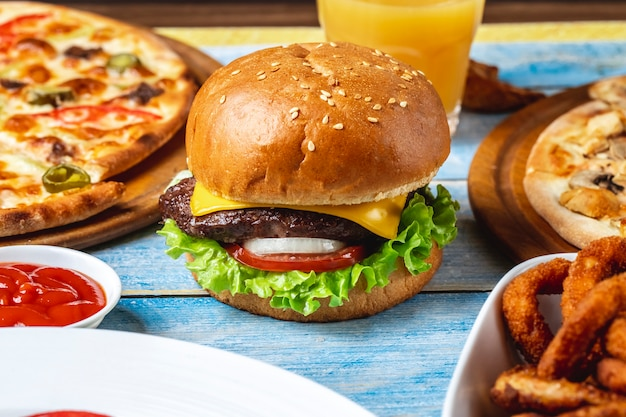 Hamburguesa de ternera carne lechuga tomate queso vista lateral