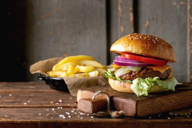 Hamburguesa de ternera casera con papas fritas