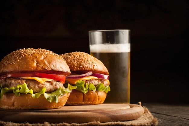 Hamburguesa con ternera, cebolla, tomate, lechuga y queso.