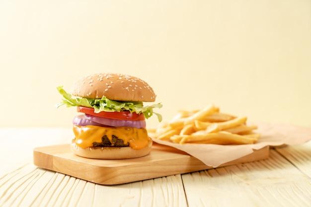 Hamburguesa de ternera fresca y sabrosa con queso y papas fritas