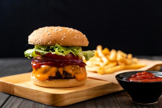 Hamburguesa de ternera fresca y sabrosa con queso y salsa de tomate