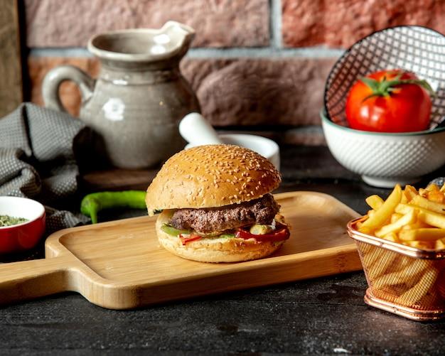 Hamburguesa de ternera con pimiento pepino en vinagre y lechuga