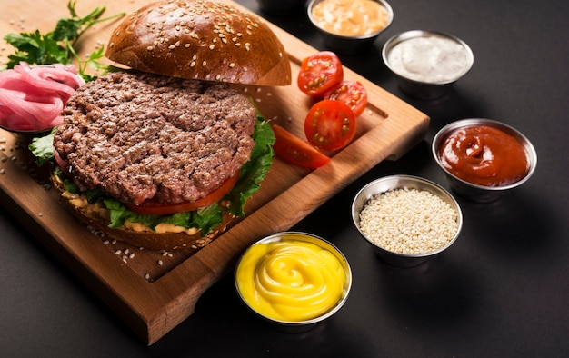 Hamburguesa de ternera con salsas listas para servir