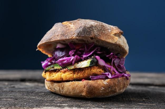 Hamburguesa vegana con calabacín a la plancha y col lombarda en pan de masa madre
