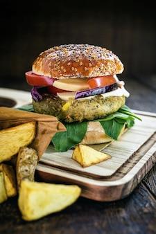 Hamburguesa vegana, sin carne, snack a base de semillas, soja, plantas y proteínas