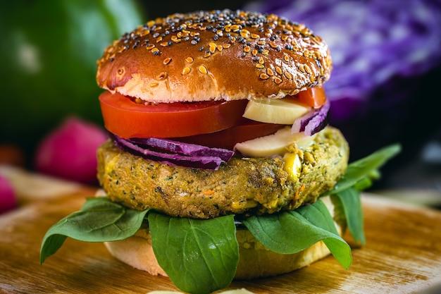 Hamburguesa vegana, con hamburguesa a base de soja, plantas y proteínas