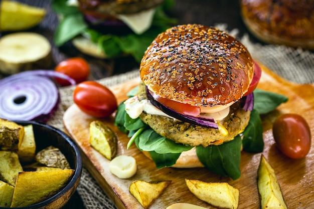 Hamburguesa vegana, con hamburguesa a base de soja