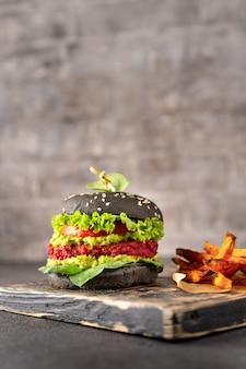 Hamburguesa vegana negra con camote frito