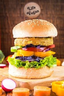 Hamburguesa vegana, sándwich de verduras sin carne