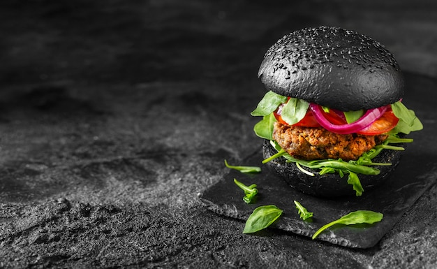 Hamburguesa vegetariana de alto ángulo en tabla de cortar con espacio de copia