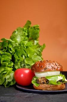 Hamburguesa vegetariana de garbanzos con frijoles negros y portabello vegano