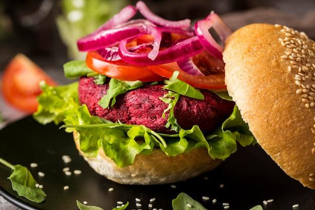 Hamburguesa vegetariana de primer plano en placa