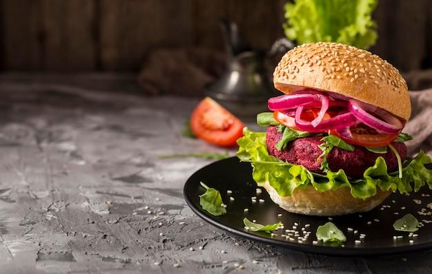 Hamburguesa vegetariana vista frontal en placa con espacio de copia