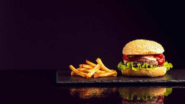 Hamburguesa vista frontal con papas fritas