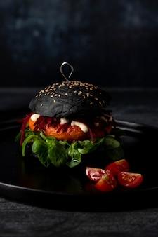 Hamburguesa de vista frontal con tomate cherry