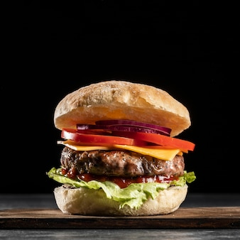 Hamburguesa de vista frontal con verduras y carne