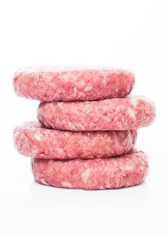 Hamburguesas de carne cruda fresca con reflejo