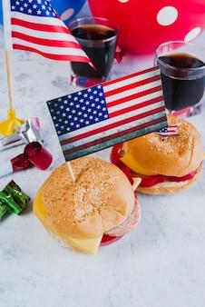 Hamburguesas de cola de fiesta con cuernos y banderas americanas.